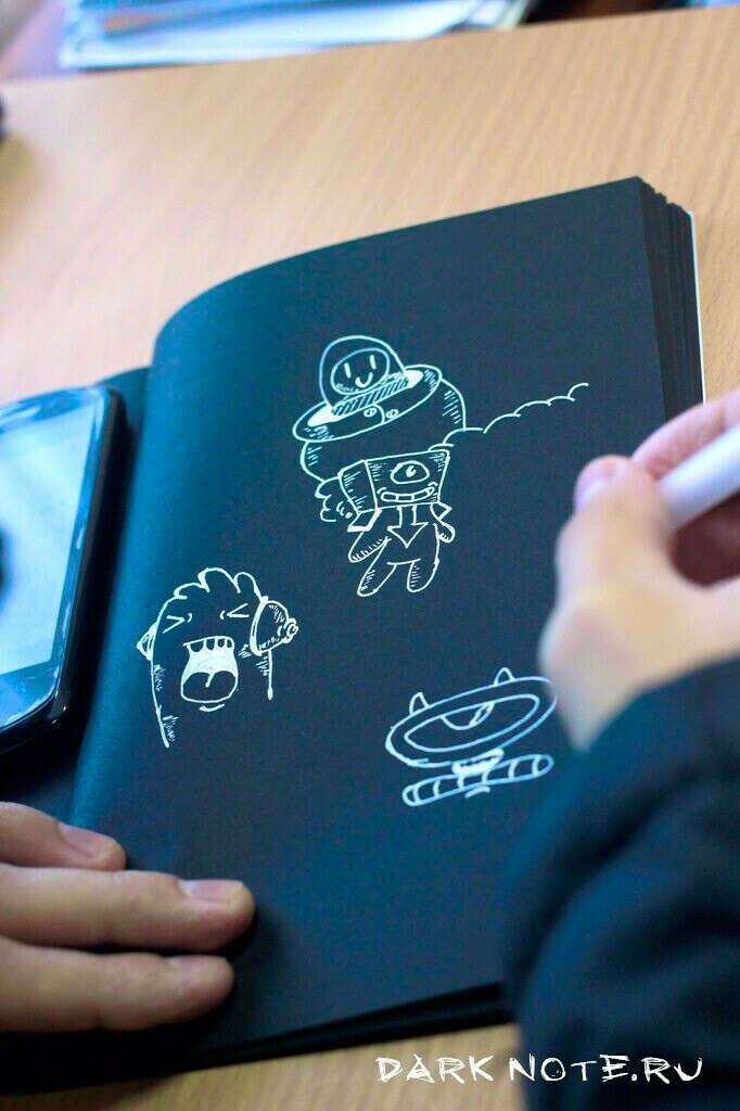 Черную тетрадь с белой ручкой