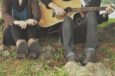 Слушать песни под гитару и есть печеную в костре картошку