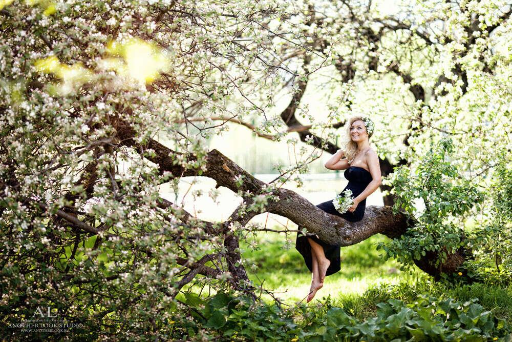 Фотосессия на двоих в цветущих яблонях