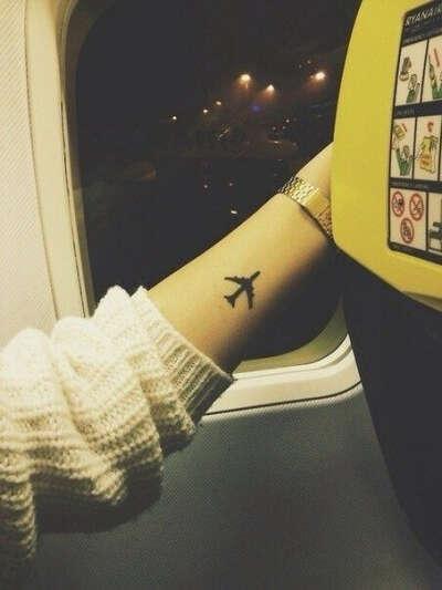 Татуировка в виде самолета