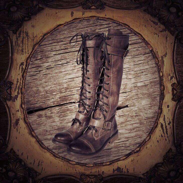 Высокие сапоги со шнуровкой по всей длине с ремешками