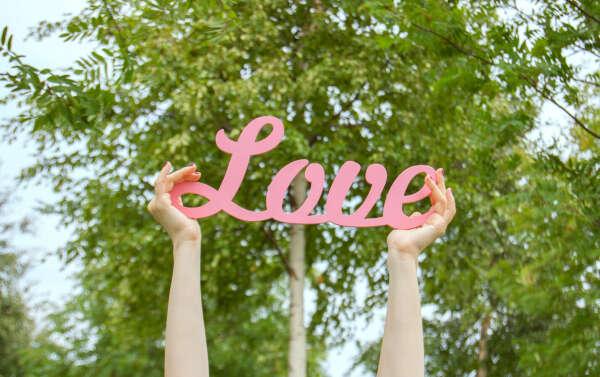 Слово Love из дерева