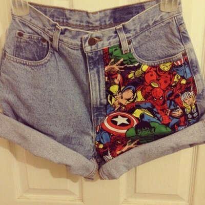 Джинсовые шорты с наклейкой из комикса