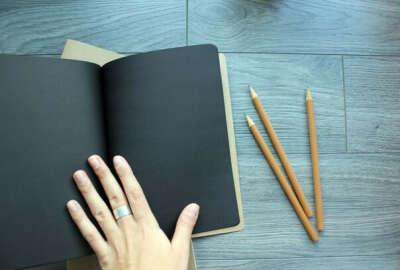 Блокнот с черными листами и белая ручка
