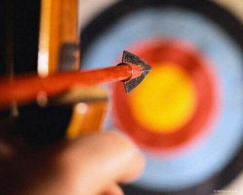стрелять из лука