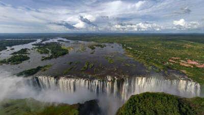 Походить по самому краю водопада Виктория в Бассейне Дьявола, Замбия