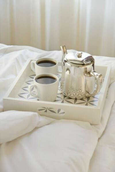 белый сервиз и серебряный чайник