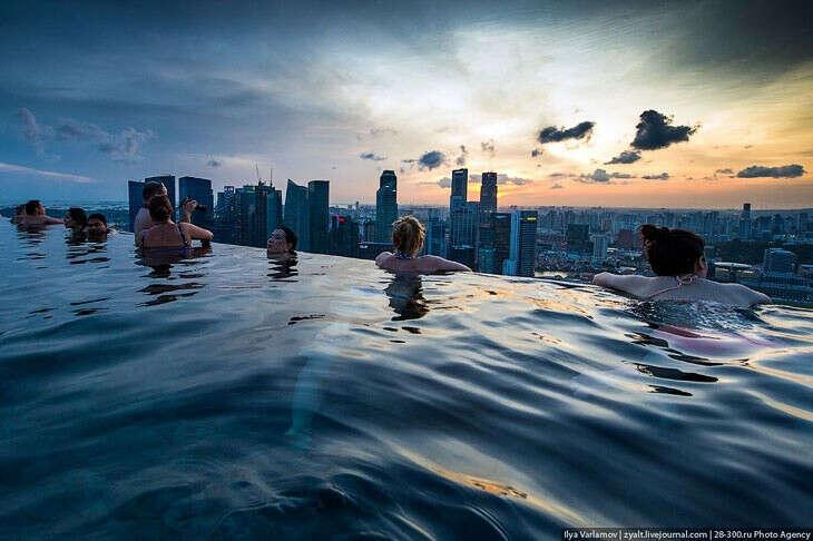 Плавать в бассейне отеля Marina Bay Sands, Сингапур