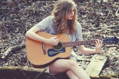 Научится играть на гитаре :3