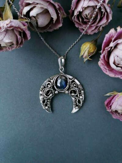 Серебряная лунница с синим кианитом