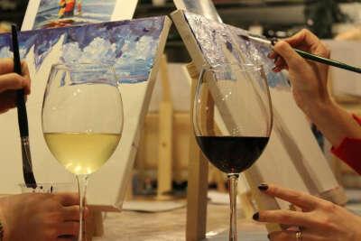 сходить на мастер-класс по рисованию с вином