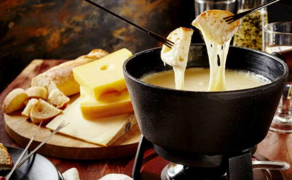 Приготовить сырное фондю и скушать