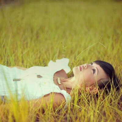 Лежать в траве и смотреть в небо