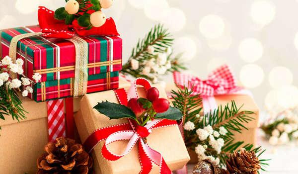 Классные новогодние товары из Organic Shop, забавные носки, различные необычные сладости, LEGO-тематика, настольные игры, гирлянды с жёлтым тёплым светом, различные штуки на тематику путешествий, большие и красивые кружки для какао, снежные шары