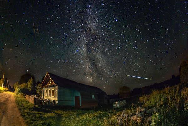 Лежать на траве и смотреть на летнее звездное небо