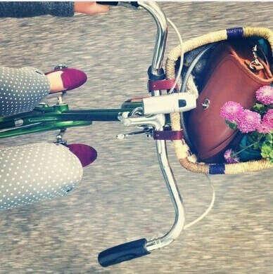 Велосипед с соломеной корзинкой