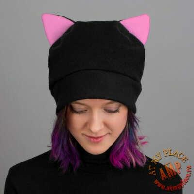 Черная шапка с розовыми ушками