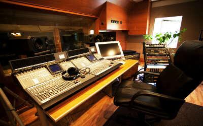 Открыть студию звукозаписи.
