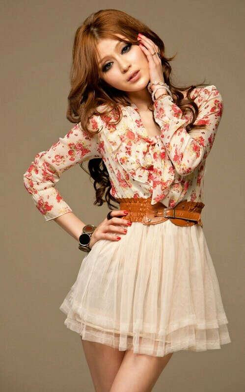 Платье в цветочек со светлой юбкой
