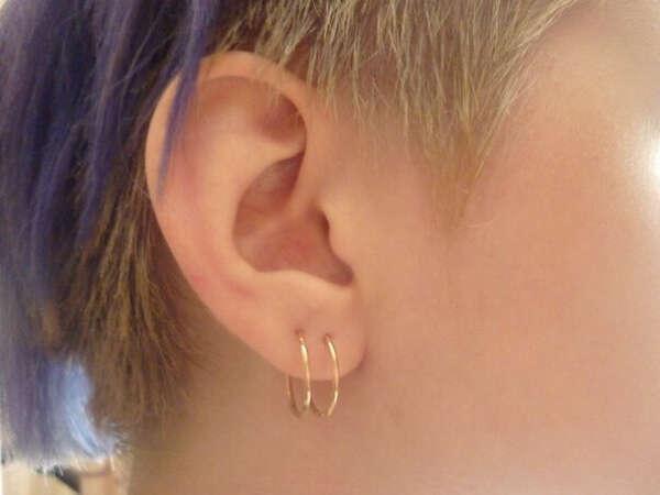 сделать вторую дырку в левом ухе