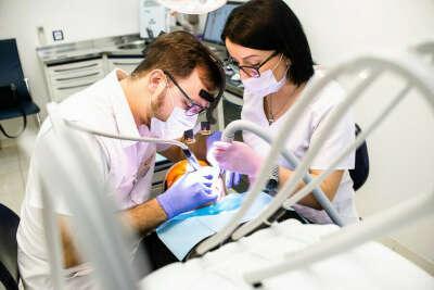 Полное стоматологическое обследование и лечение всех проблем зубов