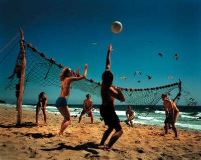 играть в волейбол на пляже