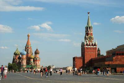 гулять по Красной площади и петь А я иду Шагаю по Москве