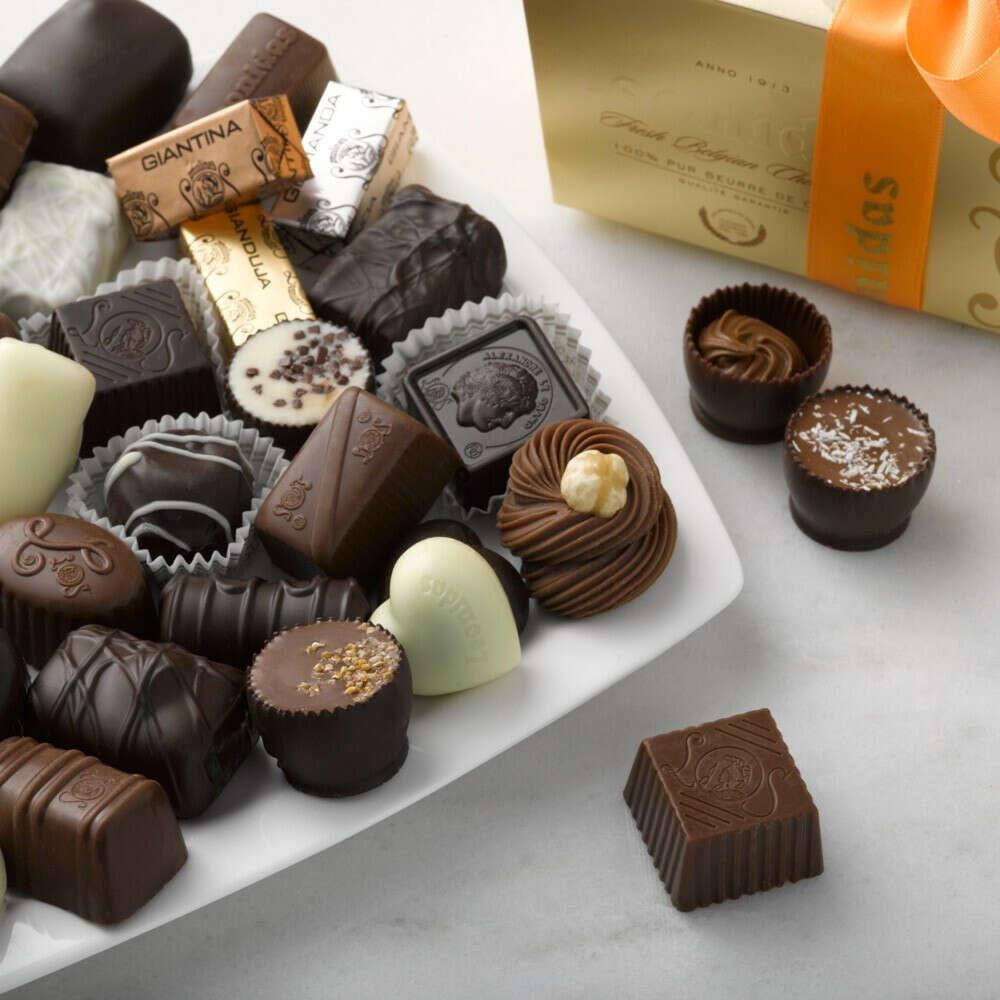большой набор конфет Leonidas)