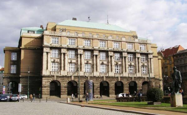 Хочу поступить и учиться в Карлов университет