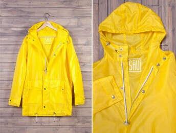 Желтый плащ-дождевик.