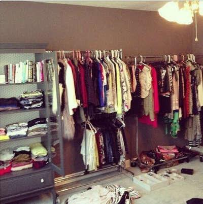 Много стильной одежды