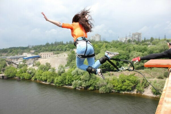 Прыгнуть с моста на резинке