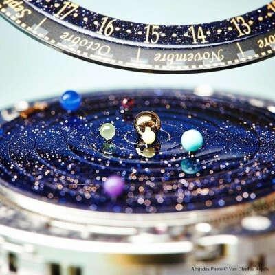 Часы от Van Cleef & Arpels,показывают точное движение планет в нашей солнечной системе
