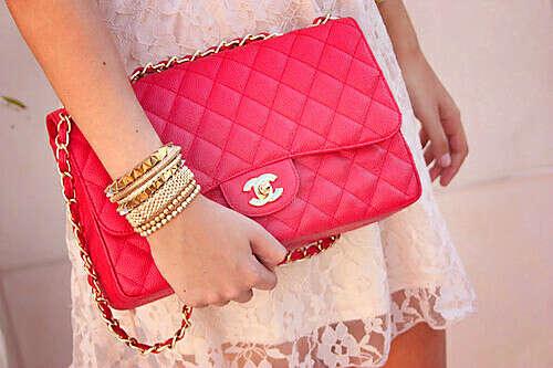 Красная сумка шанель:)