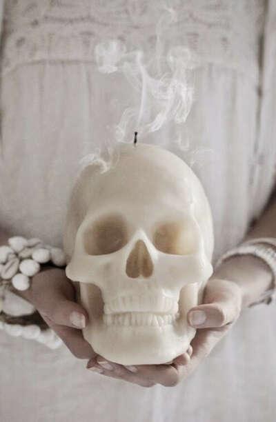Свеча-череп.