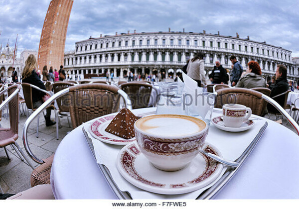 Выпить чашечку кофе за столиком на Сан-Марко