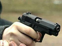 Научится стрелять из пистолета
