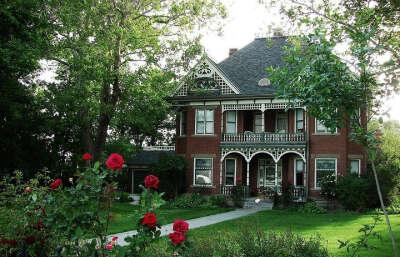 Двухэтажный дом с садом