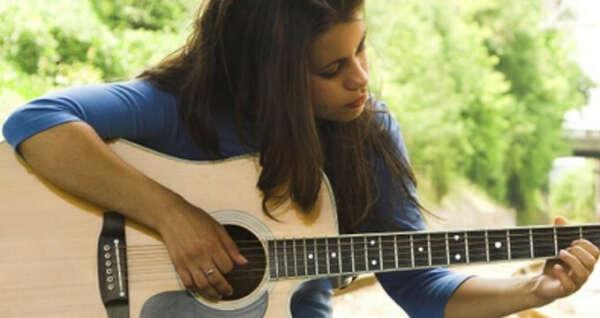 Хочу научиться играть на гитаре ^^