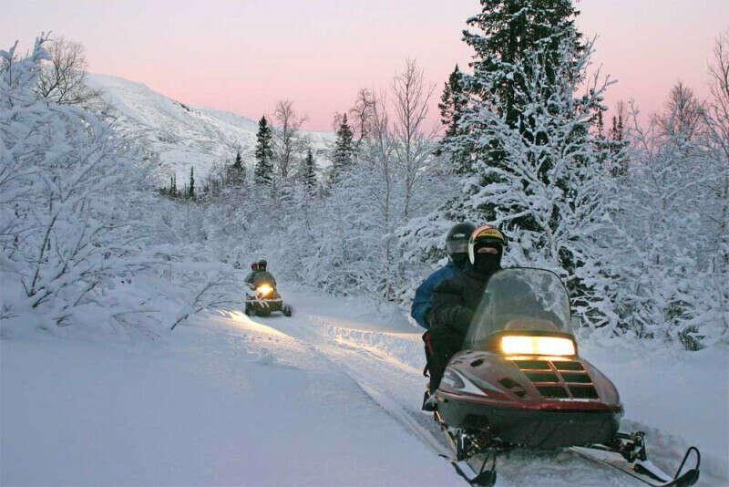 Кататься на снегоходах