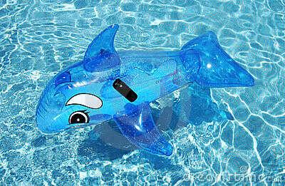 Большая надувная игрушка на море