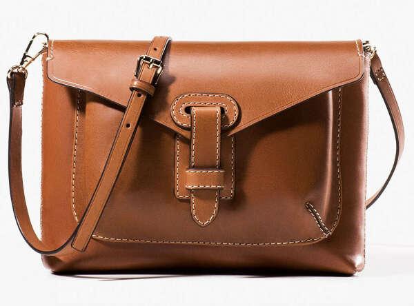 сумку на длинном ремне,коричневого цвета)
