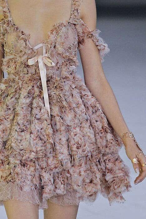 Много красивых платьев