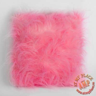 Розовая меховая подушка