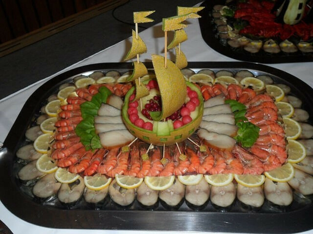 Стол из вялено-копченой рыбы и королевских креветок