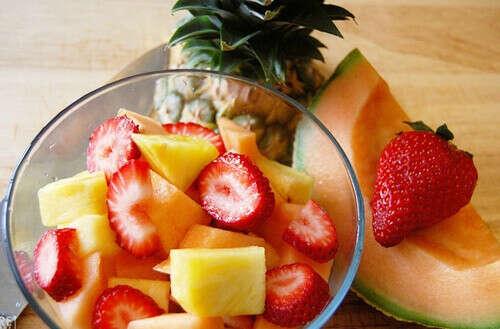 Много ягод и фруктов