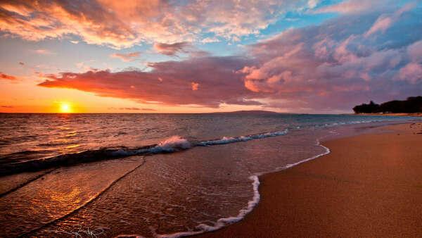 Смотреть закат на пляже