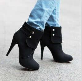 Красивые зимние короткие сапоги на высоком каблуке