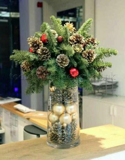 Еловые ветки в вазе на Новый год