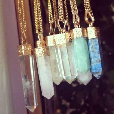 Много кулонов с кристаллами